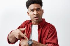 Schließen Sie herauf Porträt des jungen hübschen schwarz-enthäuteten Mannes mit Afrofrisur im zufälligen weißen T-Shirt unter rot stockbilder