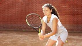 Schließen Sie herauf Porträt des jungen weiblichen Tennisspielers, der auf ihr Spiel sich konzentriert stock footage