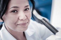 Schließen Sie herauf Porträt des netten weiblichen Forschers lizenzfreie stockfotografie