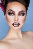 Schließen Sie herauf Porträt des reizenden erwachsenen Brunette mit kreativem bilden Stockfoto