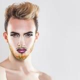 Schließen Sie herauf Porträt des schönen Mannes mit gesunder Haut, Make-up und Stockfotografie