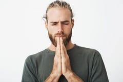 Schließen Sie herauf Porträt des starken reifen Kerls mit dem stilvollen Haarschnitt- und Barthändchenhalten zusammen vor Gesicht stockbilder