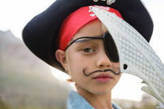 Schließen Sie herauf Porträt des tragenden Piratenkostüms des Jungen Stockfotografie