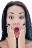 Schließen Sie herauf Porträt einer attraktiven jungen Frau, die entsetztes O schaut Lizenzfreies Stockfoto