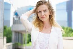 Schließen Sie herauf Porträt einer Geschäftsfrau im Freien Lizenzfreies Stockbild