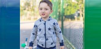 Schließen Sie herauf Porträt eines überraschten europäischen Babys, das Kamera über hellem Hintergrund betrachtet Stockfotos