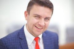 Schließen Sie herauf Porträt eines attraktiven Geschäftsmannlächelns Lizenzfreies Stockbild