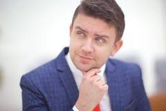 Schließen Sie herauf Porträt eines attraktiven Geschäftsmannlächelns Lizenzfreie Stockfotos