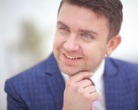 Schließen Sie herauf Porträt eines attraktiven Geschäftsmannlächelns Stockfotos