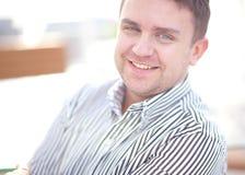 Schließen Sie herauf Porträt eines attraktiven Geschäftsmannlächelns Lizenzfreies Stockfoto