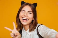 Schließen Sie herauf Porträt eines glücklichen Jugendschulmädchens in der Uniform Stockbilder