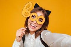 Schließen Sie herauf Porträt eines glücklichen Jugendschulmädchens in der Uniform Lizenzfreies Stockbild