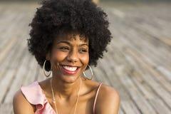 Schließen Sie herauf Porträt eines glücklichen jungen schönen afroen-amerikanisch woma Stockfotografie