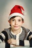 Schließen Sie herauf Porträt eines jugendlichen Jungen in Sankt-Hut Stockfotografie