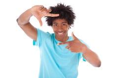 Schließen Sie herauf Porträt eines jungen Afroamerikanermannes, der Rahmen macht Stockbild