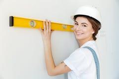 Schließen Sie herauf Porträt eines lächelnden Frauenerbauers im Hardhat Stockfoto
