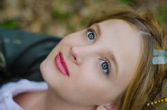 Schließen Sie herauf Porträt eines lächelnden Mädchens der Weinleseart Lizenzfreie Stockfotografie