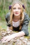 Schließen Sie herauf Porträt eines lächelnden Mädchens in einer mittelalterlichen Volksart Stockfotografie