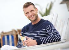 Schließen Sie herauf Porträt eines lächelnden Mannes draußen lizenzfreies stockbild
