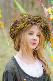 Schließen Sie herauf Porträt eines nachdenklichen Mädchens in einem Volkscirclet von flowe Lizenzfreie Stockfotos