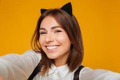 Schließen Sie herauf Porträt eines netten Jugendschulmädchens in der Uniform Stockbilder