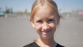 Schließen Sie herauf Porträt eines netten kleinen Mädchens von 7-8 Jahren alt stock footage