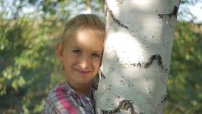 Schließen Sie herauf Porträt eines netten kleinen Mädchens von 7-8 Jahren alt stock video footage