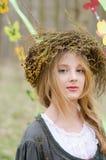 Schließen Sie herauf Porträt eines recht nachdenklichen Mädchens in einem Volkscirclet lizenzfreie stockbilder