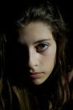 Schließen Sie herauf Porträt eines traurigen, deprimierten jungen Mädchens stockfotos