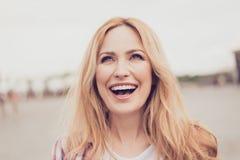 Schließen Sie herauf Porträt herrlichen netten emotionalen optimistischen Ca Stockfotos