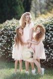 Schließen Sie herauf Porträt von drei gebürtigen Schwestern vor dem hintergrund des Frühlingsparks Lizenzfreies Stockfoto