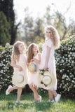 Schließen Sie herauf Porträt von drei gebürtigen Schwestern vor dem hintergrund des Frühlingsparks Lizenzfreie Stockfotos