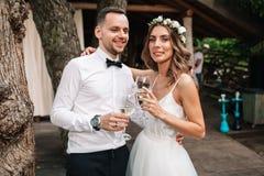 Schließen Sie herauf Porträt von jungen Paaren an der Weinprobe Riechender Wein des Mannes und der Frau stockbild