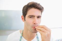 Schließen Sie herauf Porträt von küssenden Fingern eines jungen Mannes stockfotos