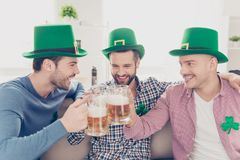 Schließen Sie herauf Porträt von lachenden besten Freunden mit Gläsern auf Bier Stockbilder