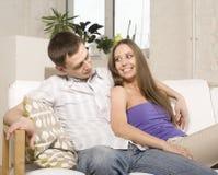 Schließen Sie herauf Porträt von recht jungen Paaren. Mann- und Frauenumarmen Lizenzfreie Stockbilder
