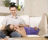 Schließen Sie herauf Porträt von recht jungen Paaren. Mann- und Frauenumarmen Stockfotos