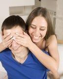 Schließen Sie herauf Porträt von recht jungen Paaren. Mann- und Frauenumarmen Lizenzfreies Stockfoto
