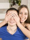 Schließen Sie herauf Porträt von recht jungen Paaren. Mann- und Frauenumarmen Lizenzfreie Stockfotos