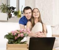 Schließen Sie herauf Porträt von recht jungen Paaren. Mann- und Frauenumarmen Lizenzfreies Stockbild