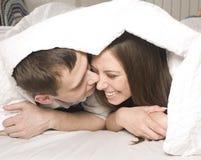Schließen Sie herauf Porträt von recht jungen Paaren. Mann- und Frauenumarmen Stockfoto