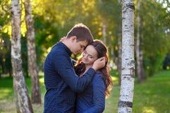 Schließen Sie herauf Portrait der attraktiven jungen Paare in der Liebe draußen Stockbilder