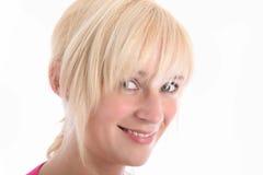 Schließen Sie herauf Portrait der lächelnden blonden Frau lizenzfreie stockfotos
