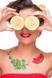 Schließen Sie herauf Portrait der Schönheitsfrau mit Zitroneaugen Stockbild