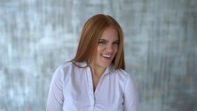 Schließen Sie herauf Portrait einer jungen Frau Körpersprache und -gesten sie ist angewidert Langsame Bewegung stock video footage