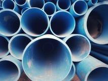 Schließen Sie herauf PVC-Rohre verschiedene Größen gesetzt gestapelt Lizenzfreie Stockfotografie