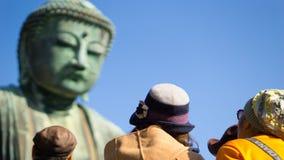 Schließen Sie herauf Rückseite asiatischen touristischen schauenden daibutsu Buddha-Notfall Lizenzfreies Stockfoto