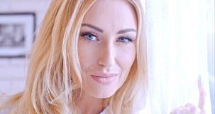 Schließen Sie herauf recht blondes Frauen-Gesicht Stockbild