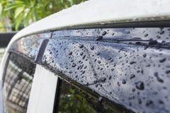Schließen Sie herauf Regentropfen auf Auto und Glas Lizenzfreie Stockfotos