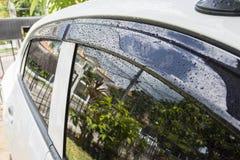 Schließen Sie herauf Regentropfen auf Auto und Glas Lizenzfreie Stockfotografie